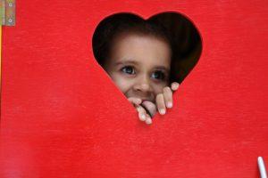 Flicka tittar ut genom i hjärta i Brasilien