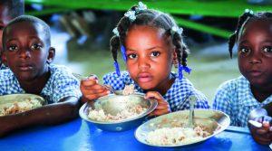Barn i Haiti äter