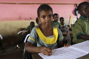 Flicka skriver i Ghana