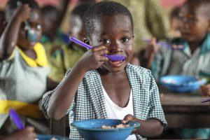 Pojke äter i Ghana