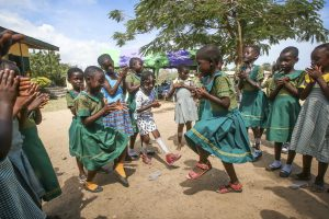 Barn dansar i Ghana