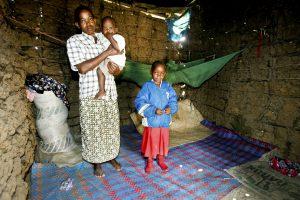 Familj i lerhydda i Kenya