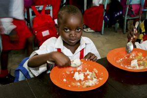 Barn äter på skola i Kenya