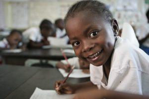Barn ler in i kameran i Kenya