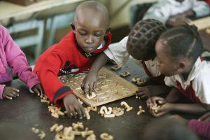 Barn leker med bokstäver i kenya