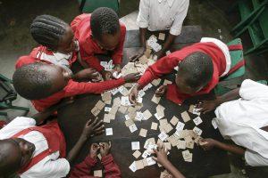 Barn leker med bokstavskort i Kenya