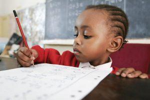 Barn i skolan i Kenya