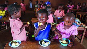Barn äter i Ghana